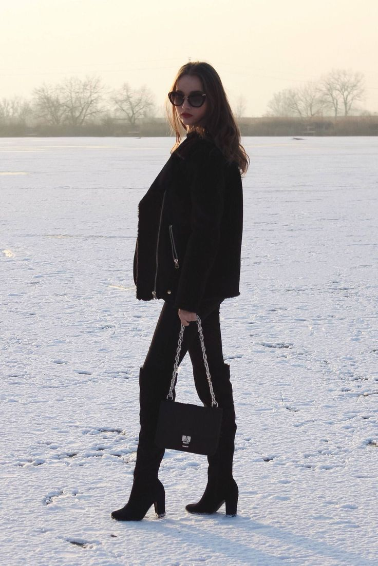 Coat: H&M / Boots: United Fashion / Purse: Stradivarius / Sweater: Zara / Watch: Nicole Vienna / Sunnies: Miu Miu.