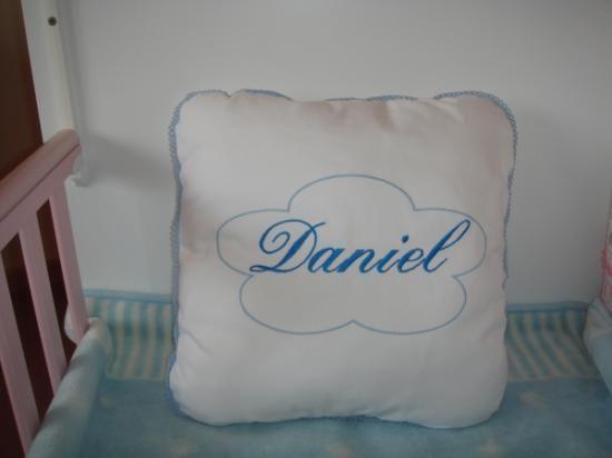 Realizado en pique blanco 100% algodon,medidas 40x40 , nombre  bordado en el color elegido; rosa, cleste,azul oscuro,beige. puedes combinar colores como quieres