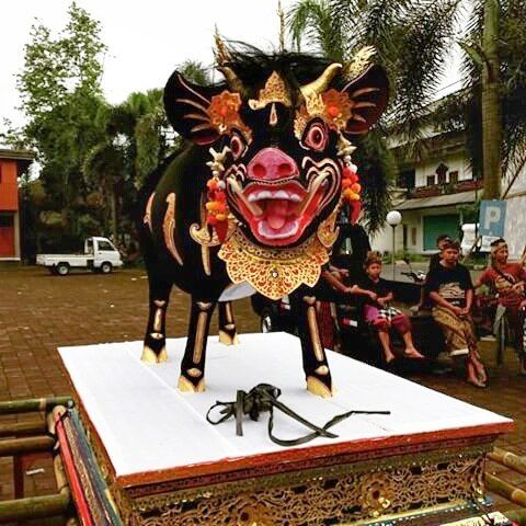 You'd have to be happy to be cremated inside this guy....Bali never fails to disappoint in the sarcophagus stakes! Bawi Srengi Pict: @wahyu_hendrawan69 Pinned from Uma Dawa Andong on imgrum