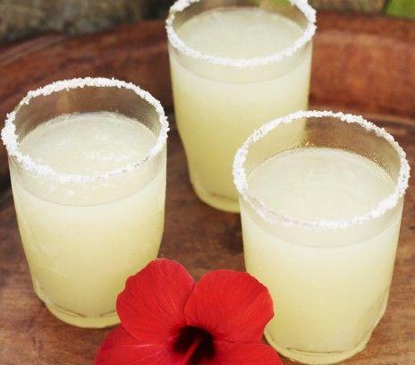 Margarita - Przepisy.Klasyczna wersja tego drinka nie zawiera owoców, jest natomiast podawana w kieliszku ozdobionym solną crustą. Margarita to przepis, którego autorem jest: Magda Gessler