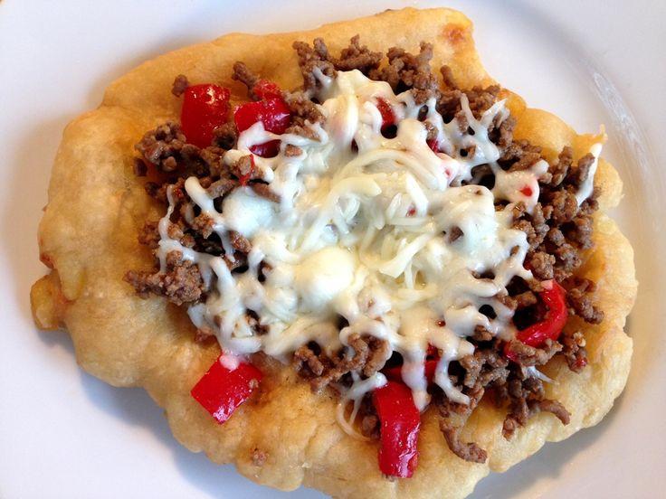 Langos, ungarske madbrød. Opskriften på de runde flade brød med kartoffel i som frityresteges og spises med kød eller revet ost på toppen. De smager fantastisk!