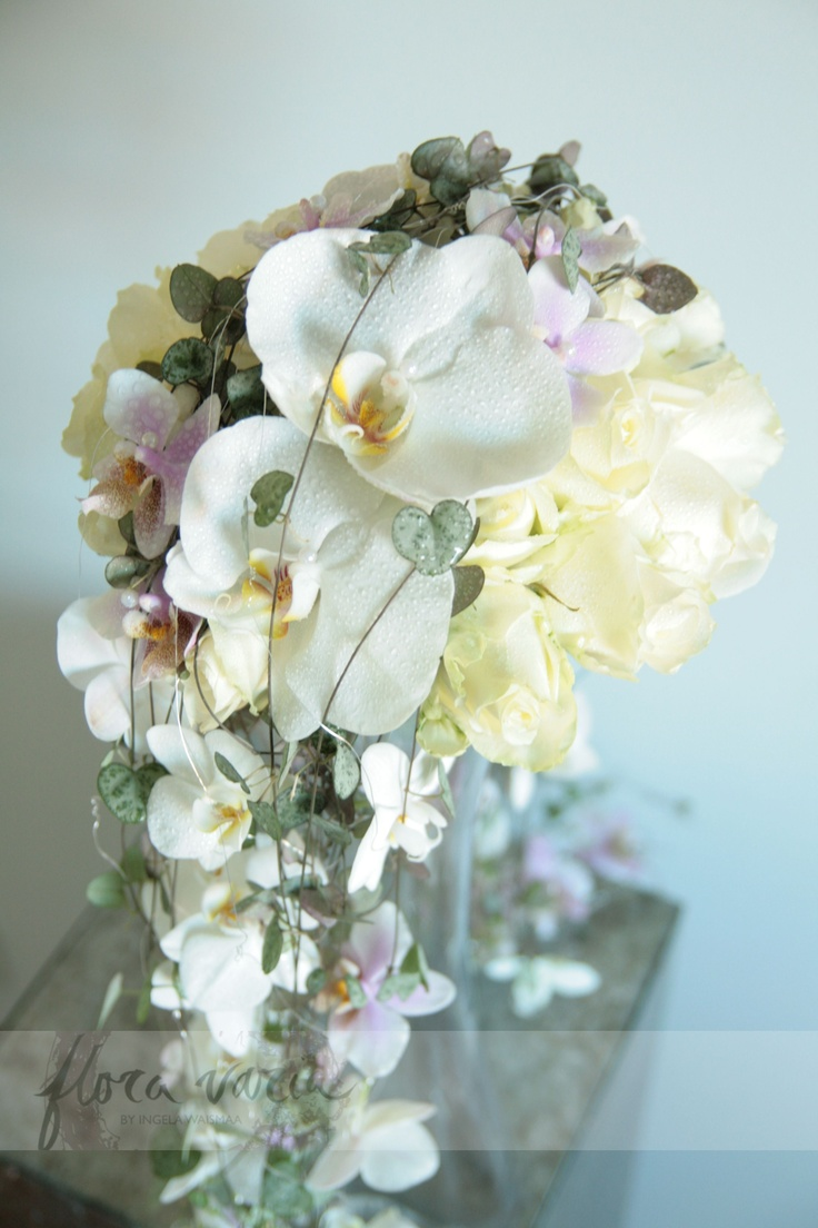 'Avalanche' roses in a tight bouquet, with layers of Phalaenopsis and Ceropegia on top. Ingela Waismaa @Flora varia #bridalbouquet #floravaria #ingelawaismaa #wedding #flowers