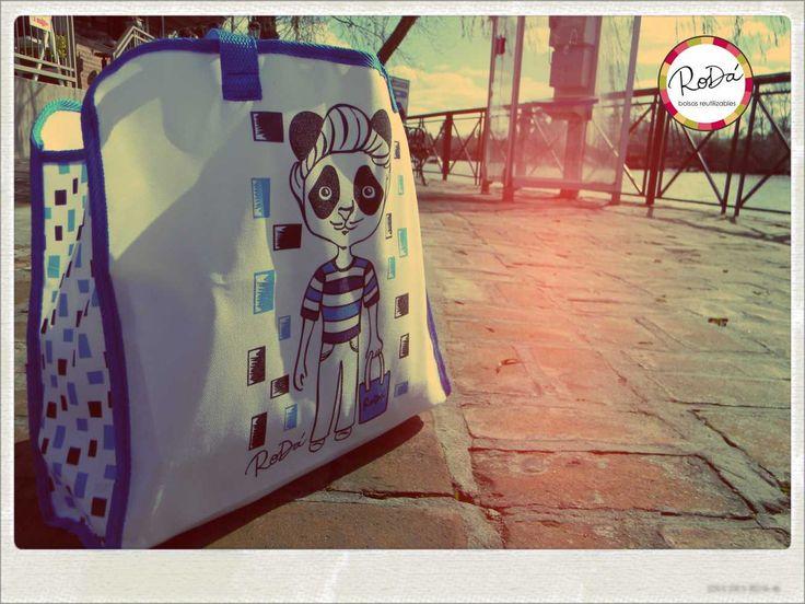"""● ELVIS!! Nuestro hermoso panda de la linea """"RODANTE"""" ● El es encantador, buen mozo, con un jopo que enamora!! ♪ ♫ Que esperas para conocerlo???http://tienda.rodabolsas.com/detalles.php?id=38=6"""