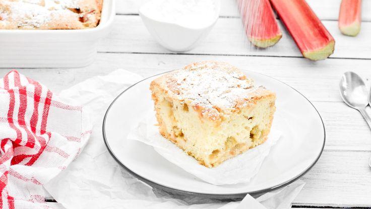 Biszkoptowe ciasto z rabarbarem to doskonała propozycja wykorzystania tego sezonowego warzywa. Ciasto jest bardzo pyszne, puszyste i idealnie słodkie.