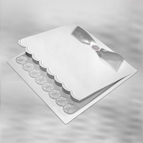 Finom klasszikus meghívó, matt papírból, ezüst szalaggal.A betétlap kíváló minőségű ezüst, amit kivágott csipkeminta díszít.   A meghívóból jelenleg mintapéldány nem rendelhető.    A meghívóhoz dekoratív boríték jár.A meghívóknál nincs szerkesztésiés nyomtatási költség
