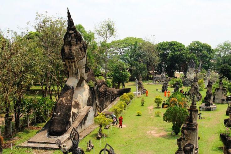 Başkent Vientiane'nin 25 kilometre güneydoğusunda yer alan Buda Parkı, şehrin en çok ilgi gören yerlerinden biri. Park, süslü, estetik olduğu kadar, garip, ilginç insan, hayvan, tanrı ve şeytan figürleri ile dolu dev heykellerden oluşuyor. Parka ilk geldiğinizde kendinizi sanki antik bir keşfin içerisinde dolaşıyor hissine kapılacaksınız, ancak Luang Pu adında bir Budist rahibin henüz 1958 yılında inşa ettiği park, bildiğiniz betondan yapılma. Şiva, Vişnu ve Arcuna ve Buda tasvirleri parkı…