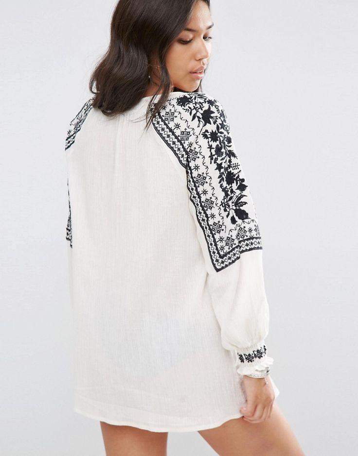 Изображение 2 из Белая пляжная накидка с черной вышивкой ASOS Premium