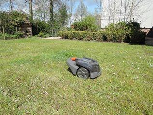 Onmisbaar als je een grote tuin hebt, of gewoon een hekel aan grasmaaien: de robot grasmaaier! De robot grasmaaier maakt het leven een stuk aangenamer.