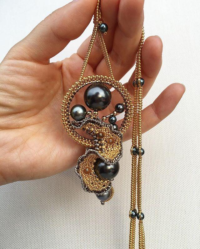 Кто помнит серьгу? я не помню серьгу помню #кулон #handmade #jewelry #gold #beads #Swarovski #pearls #tahitianpearls #unique #necklace