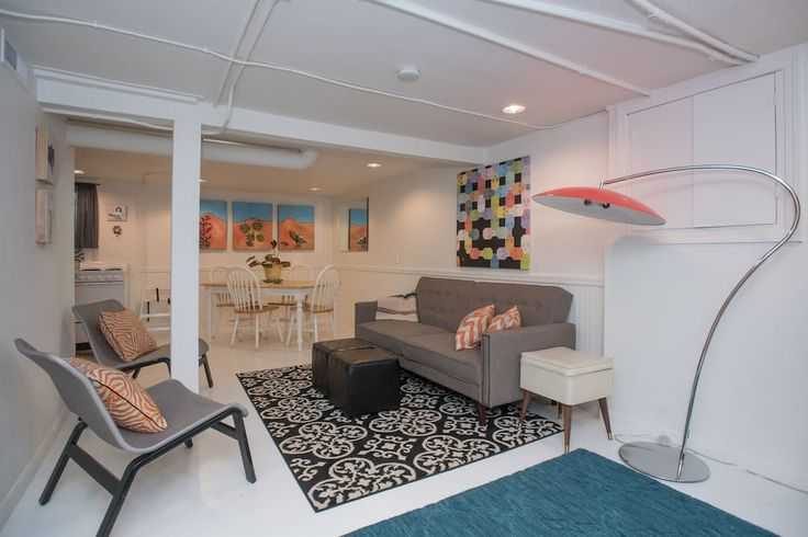 Apartment in Portland, United States. Very large & spacious, modern yet comfy & relaxing studio apartment w/ kitchen located in the heart of Portland. Walk to restaurants/bars/grocery. Clean, inviting & warm place to settle in. Down bedding. Cable/HBO/On Demand & wireless internet. Bi...