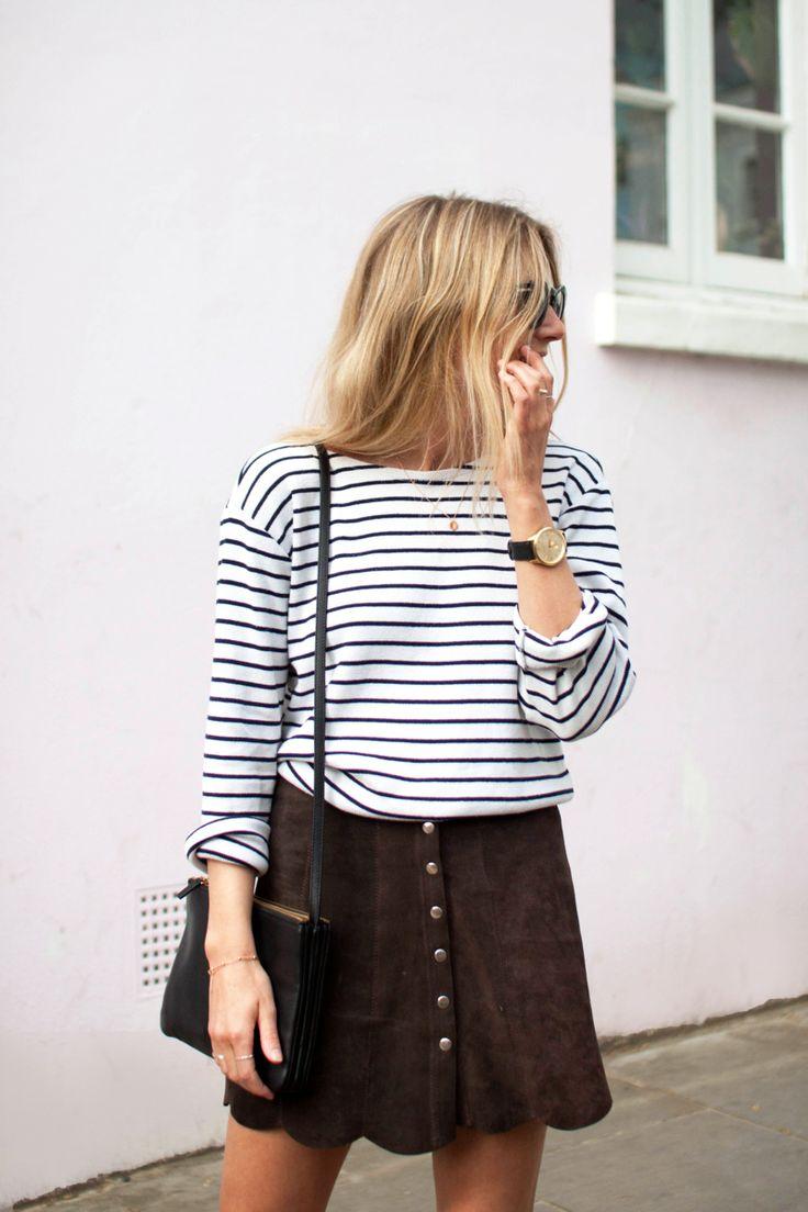 Blusa listrada com mini saia de veludo e botões na frente.