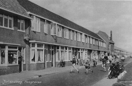 """Julianaweg op Hoograven. De kantoorboekhandel was van """"Jan de Bakker"""""""