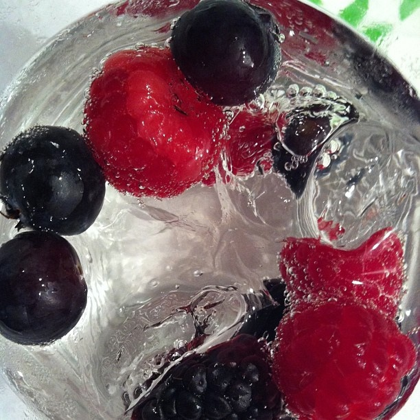 Brockmans Gin Tonic con frutos rojos. Cereza y ¿uva?