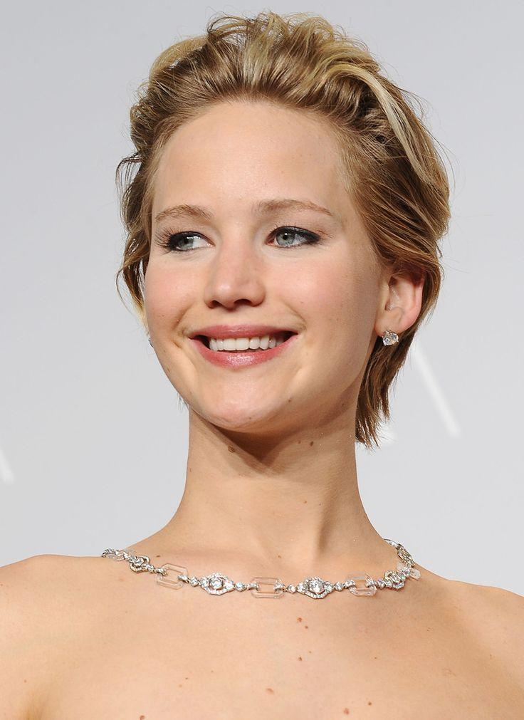 Jennifer Lawrence   Il corto spettinato da bad girl funziona sempre ed è lo styling più indicato nel periodo di transizione, mentre stai facendo crescere i capelli.  -cosmopolitan.it