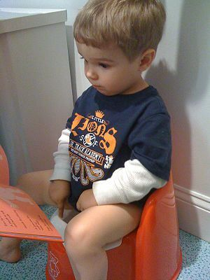 Reading to toddler on potty - how to potty train, when to start potty training #PottyTraining
