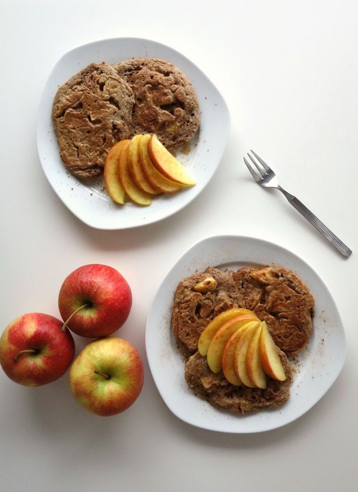 Vegan Apple Pie Pancakes made from spelt flour. Tart apple chunks, warming cinnamon and a delicious dough make it the perfect breakfast treat! | curlsnchard.com