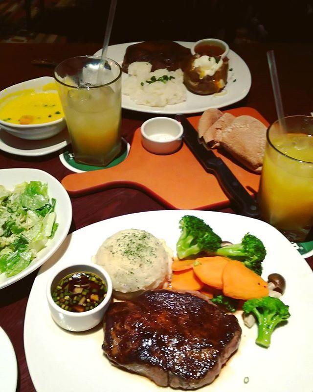 今日のごはん🍴 ステーキ😋 凄いボリュームです!  #夜ごはん#ディナー#食べスタグラム#肉#ボリューミー#ステーキ#300グラム #サラダ#スープ#ごはん#steakhouse#アウトバック#渋谷#tokyo