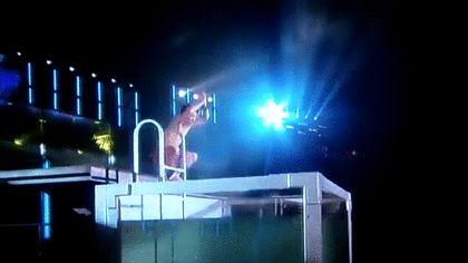 水着姿の大野智がコンサート中にプールに飛び込むGIF画像 created by gif