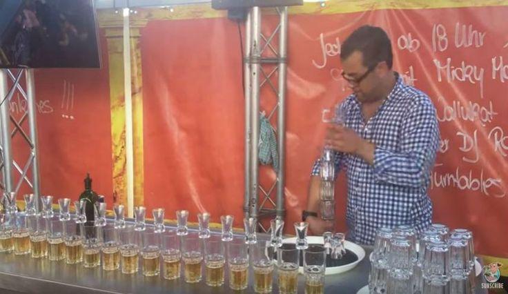 Σε αυτό το viral βίντεο θα γνωρίσετε τον bartender Philip Traber, ο οποίος επιδεικνύει τις δεξιότητες του, φτιάχνοντας «υποβρύχια». Η ευελιξία του μπάρμαν είναι πραγματικά αξιοσημείωτη, καθώς κατάφερε να φτιάξει 17 ποτά με μια μόνο κίνηση! Αρκετοί χρήστες του διαδικτύου υποστηρίζουν ότι πρόκειται για παγκόσμιο ρεκόρ, ωστόσο, δεν έχει αναγνωριστεί επίσημα από το βιβλίο των …