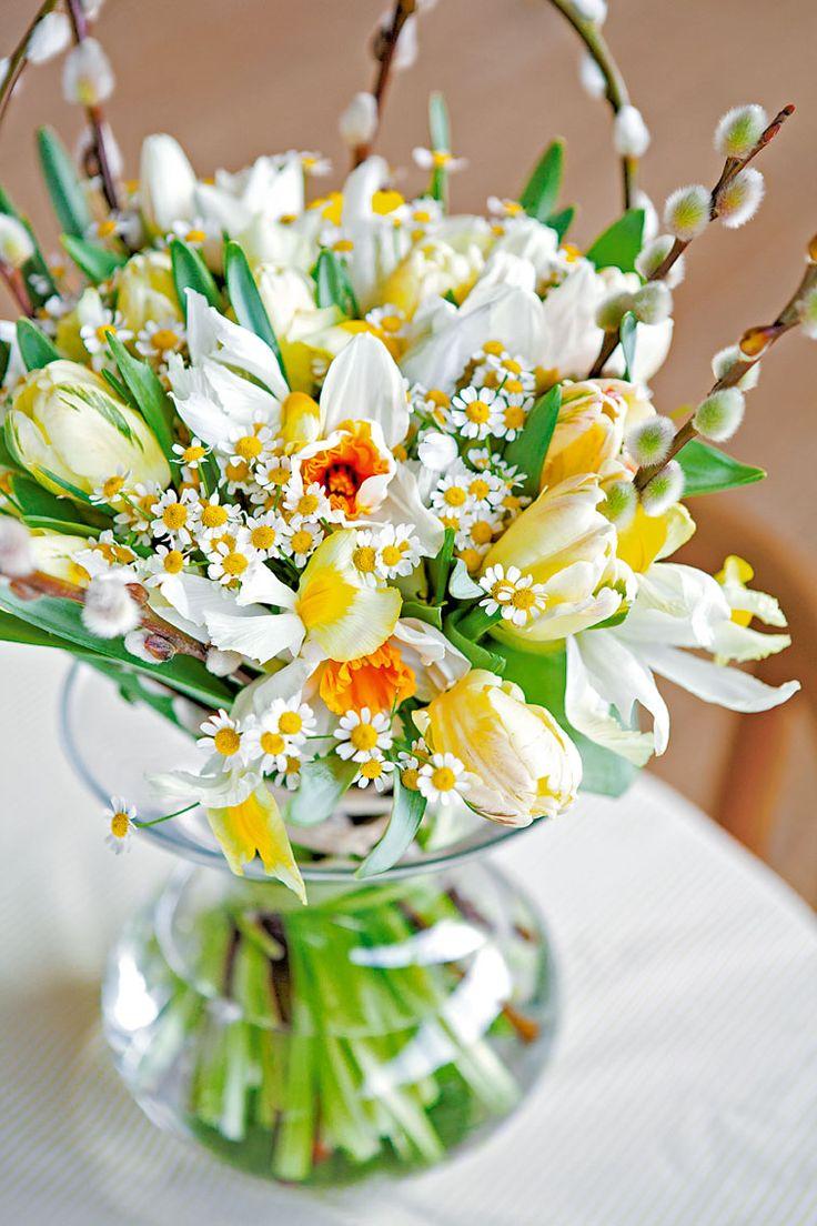 Une association subtile de tulipes, matricaires, chatons et iris - ©Virginie Perocheau