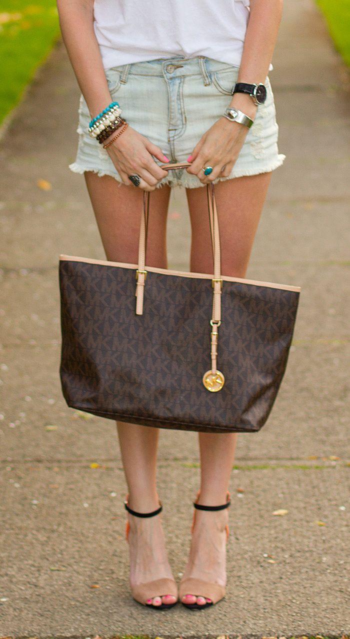 Big MK bag perfect size... I love this Michael Khors bag!