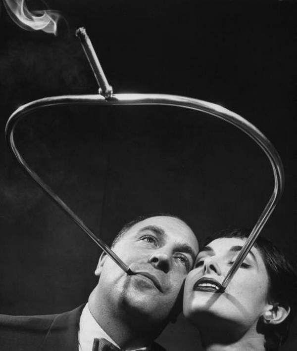 Photo de fume-cigarettes étranges inventés en 1954 par Robert Stern.