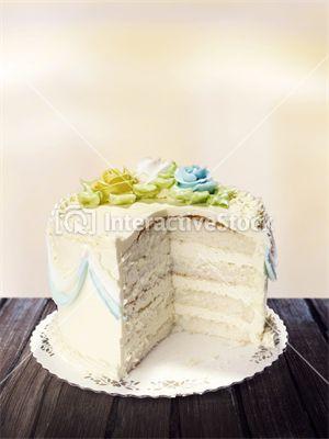 Atrakcją każdych urodzin są torty urodzinowe. Dziś większość wygląda tak pięknie, że żal rozkrajać je na części. #happy #birthday #best #wishes #urodzinowa #słodkość #bitaśmietana #cukier #tort #życzenia #interactivestock