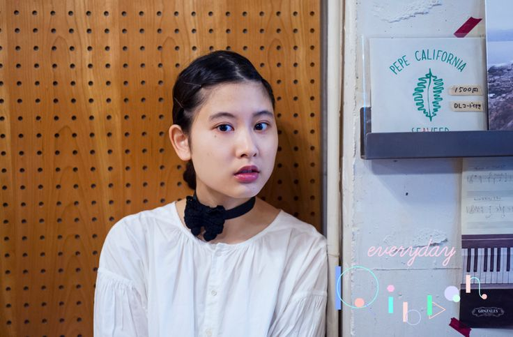 モデルの前田エマさんの個展「Mirrors and Window」の会場でもある、東京・代々木八幡のミュージックカフェ&バーNEWPORTにて、「bonbon noir」のリボンをつけてパチリ。 http://soen.tokyo/fashion/everyday/everyday_ribbon_blogger02.html