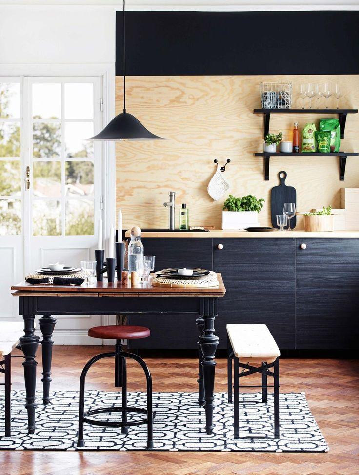 I det elegant svarta köket med trädetaljer bor en ordningsam familj som gillar när allt är praktiskt och funktionellt.