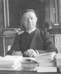 Lionel Groulx (1878-1967) En 1915, il est nommé professeur à l'Université Laval à Montréal où il inaugure la première chaire d'histoire du Canada. Il y conserve cette fonction jusqu'en 1949,  -- Il a publié de nombreux articles parus dans divers journaux et revues, dont L'Action française, L'Action nationale, Le Devoir, la Revue d'histoire de l'Amérique française et Le Semeur. Sources :