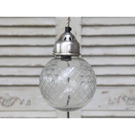 Szklana lampa w kształcie kuli z wytłaczanymi rombami.  Więcej na : www.lawendowykredens.pl