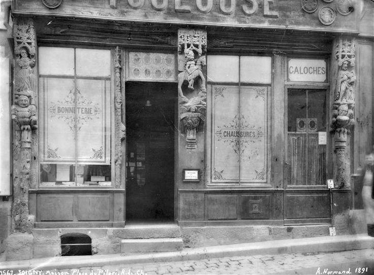 Joigny - Boutique : façade sur la place du Pilori de la boutique Toulouse #yonne #bourgogne #france