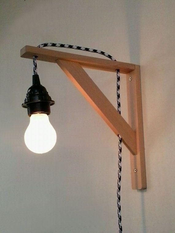 Beauté est cachée dans la simplicité. Cette belle applique murale en bois a été habilement créé avec un design élégant à un minimum. Celle-ci est faite de bois de hêtre et est parfait pour quelquun de regarder leur lumière sur le mur. La lumière est immédiatement prête à brancher dans une prise, permettant une installation rapide et facile Il lair agréable à côté du lit ou dans la salle de séjour de style minimaliste. Lampe murale consistant en une installation murale et une lampe à…