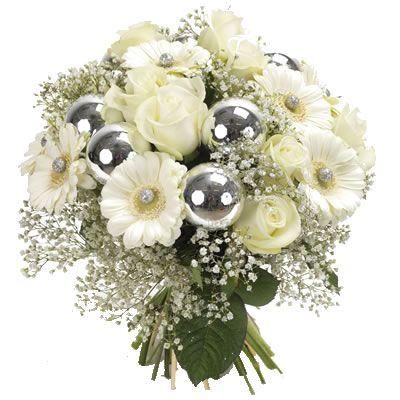 Bouquet di fiori con rose e gerbere bianche, gipsophila e decorazioni natalizie sui toni argento.