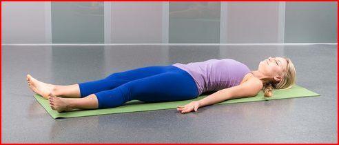 Het ziet er heerlijk ontspannen uit, maar vergis je niet. Het is vaak de moeilijkste, maar meest belangrijke houding in yoga. Zelfs gevorderde beoefenaars hebben moeite om in deze houding hun rust te vinden. Het is belangrijk om af te sluiten met volledige ontspanning. Gedurende deze tijd zal je lichaam gaan profiteren van de poses die je daarvoor hebt gedaan. Daarnaast wordt je geest rustig en zul je je, als je het goed doet, de rest van de dag fit voelen. Ga op je rug liggen, open je…