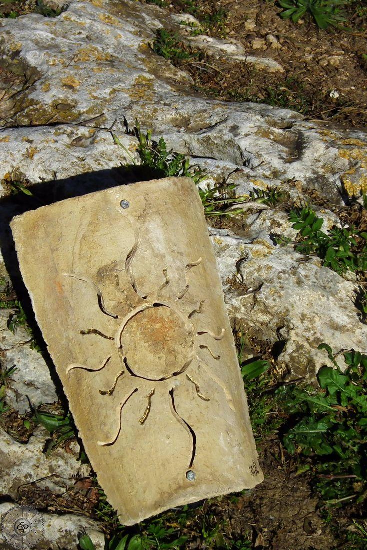 Applique incisa a mano su Tegola Sarda Antica. Lampada da parete. Sole. TerraIncantada, creazioni made in Sardinia.