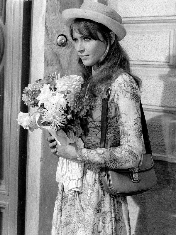 仏ヌーベルバーグの寵児、ジャン=リュック・ゴダールのミューズだったアンナ・カリーナは、永遠に色褪せないガーリーな風貌とファッションが魅力。グラフィカルなワンピースにサッチェル風のバッグを合わせたノスタルジックなムード満点のこのスタイルは、今見ても新鮮。
