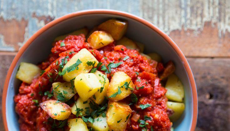 Gaje tapas maken? Patatas bravas mogen danniet ontbreken. Patatas bravas zijn hete aardappeltjes in pittige tomatensaus, ook wel salsa brava genoemd. Er bestaan verschillende varianten op het recept, waardoor je het recept makkelijk kuntaanpassen naar smaak. De bereiding van het…