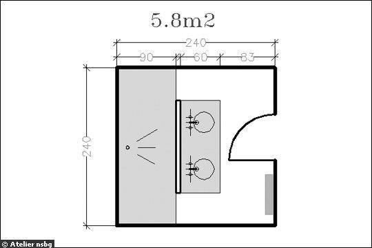 Le plan orginal d'une salle de bains de 5,8 m² ésuipée d'une douche XXL et d'une double vasque - 18 plans de salle de bains de 5 à 11 m² - CôtéMaison.fr