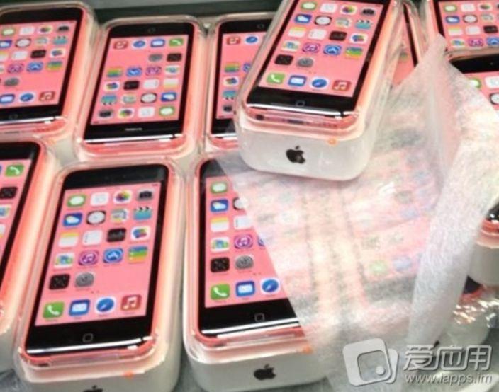 iPhone 5C Bedienungsanleitung & Verpackung? - http://apfeleimer.de/2013/09/iphone-5c-bedienungsanleitung-verpackung - Und da ist sie: die iPhone 5C Bedienungsanleitung, durchsichtige iPhone 5C Verkaufsbox und die zugehörige SIM-Karten Nadel fällt ins Internet. In 8 Tagen werden wir mehr zum iPhone 5C & iPhone 5S wissen, denn am 10. September soll allgemein angenommen die iPhone Keynote 2013 abgehalten...