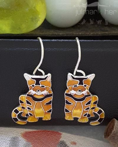 A delightful pair of cat shaped earrings designed by Linda Bolhuis.  These earrings have been hand painted with coloured enamels by talented artists. Tabby Cat are an outstanding pair of silver plated earrings.
