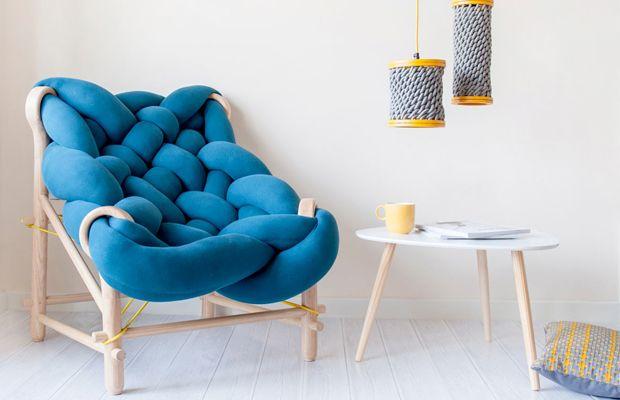 A designer Veega Tankun criou sua marca independente especializada em mobiliário, iluminação e acessórios, e usa crochê, tricô e materiais artesanais.