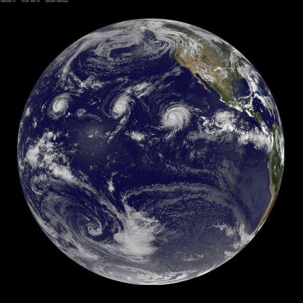 Pela primeira vez, furacões de categoria quatro na escala Saffir-Simpson, isto é, com ventos entre 210 e 249 km/h, são flagrados ao mesmo tempo no oceano Pacífico, em imagem feita por satélite em 31 de agosto.