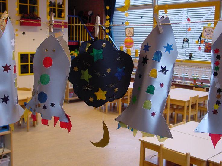 Lampion raket: Raket tekenen, 2x uitknippen op karton. Raampjes prikken. Transparant papier achter raampjes plakken. Versieren met bijv. sterren, glitters, etc. En natuurlijk de vlammen onder de raket! Veel plezier!