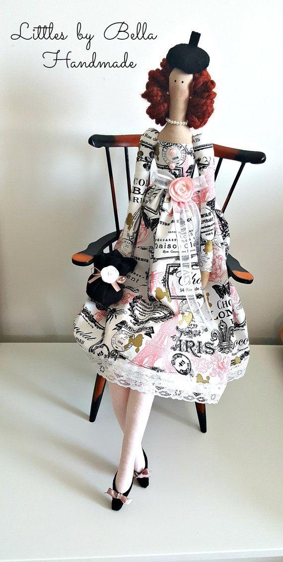 La poupée sont fabriqués sur commande. -    les accessoires peuvent être différentes que la photo, et la robe peut être utilisée d'autres types de tissu de Paris, envoyer email pour savoir le tissu disponible pour cette poupée. (la valise n'est pas disponible) la poupée peut transporter un petit sac à main que vous voyez dans le 1 image.  Voici une belle Tilda Paris... doux, doux et lenvironnement, elle est une poupée unique sans doublons de présenter qui vous amour., la jeune fille brune…