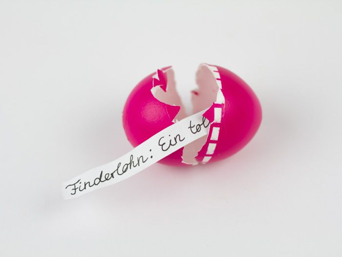 Osterkarten verschenkst Du jedes Jahr? Dann überreiche Deinen Liebsten Deine Ostegrüße dieses Mal in einem Ei! Aileen zeigt Dir, wie Du ein Ei mit Überraschungsinhalt ganz einfach selber machen kannst. Übrigens lassen sich auch Gutscheine und sogar kleine Armbänder darin verstecken.