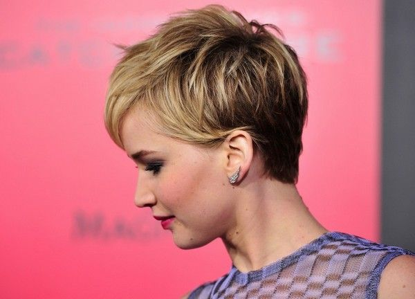 I love the long sides tucked behind her ears. It's too choppy for my hair texture but I still love it :)