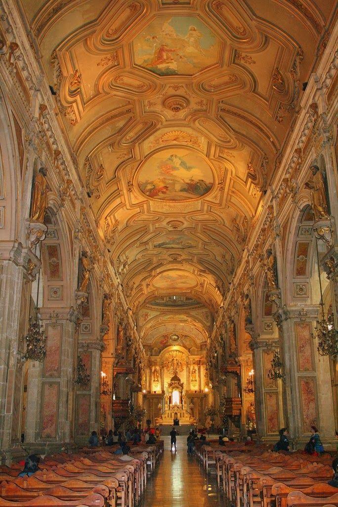 Die Metropolitan Kathedrale von Santiago (Spanisch: Catedral Metropolitana de Santiago) ist der Sitz des Erzbischofs von Santiago de Chile. Der Bau der Kathedrale begann im Jahr 1748
