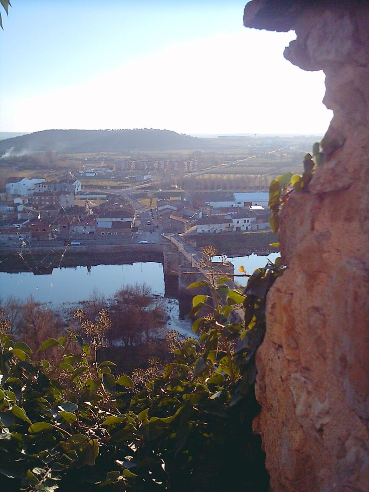 Vistas sobre el Río Águeda desde el Parador  Nacional de Turismo de Ciudad Rodrigo, entre almenas. El puente que lo cruza en este tramo es de origen romano.
