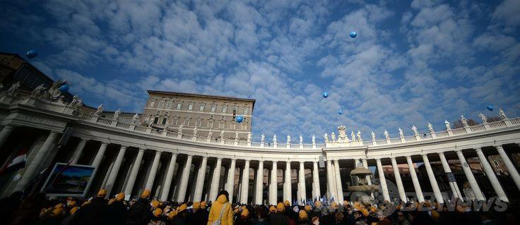 バチカン(Vatican)のサンピエトロ広場(St Peter's Square)で、ローマ・カトリック教会のフランシスコ(Francis)法王の新年のお告げの祈りを聞く人々(2014年1月1日撮影)。(c)AFP/FILIPPO MONTEFORTE ▼2Jan2014AFP|ローマ法王、新年の祈りで世界の連帯を訴える http://www.afpbb.com/articles/-/3005898 #Vatican #Vaticanae #Vaticano #St_Peters_Square